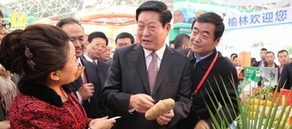 仵博儒先生应邀为农高会涉农企业家颁奖